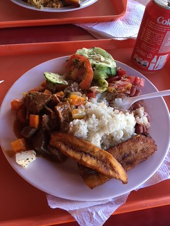 Chiriqui Province, Παναμάς: Stew, rice, plantains, and cucumber-tomato salad