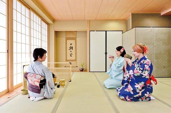 Teezeremonie in einem Kimono in Osaka