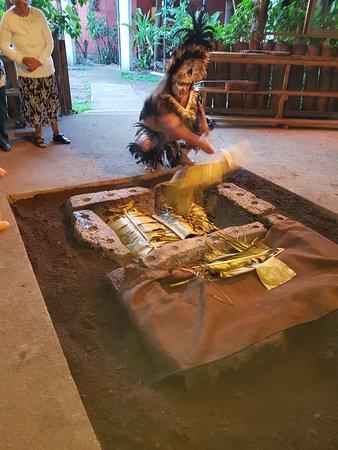 Te Ra'ai: El conductor nos explica la forma de cocinar los alimentos, la tradición Rapa Nui de reunirse as