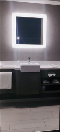 South Jordan, Utah: Super clean and modern bathroom, great lighting