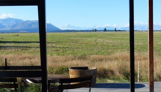 Twizel, Nueva Zelanda: View from bed to distant Mount Cook