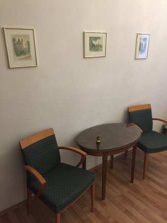 Hotel Domizi: Chairs and table