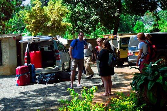 L Oasis Lodge and Restaurant Hotel: Guest arriving to tthe hotel