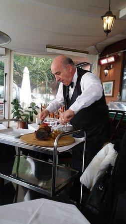 Infernetto, Italy: Porzionare lo stinco a tavola