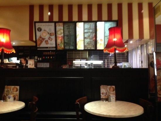 Elanora, Australia: The Shingle Inn Service Counter