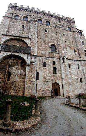 Palazzo dei Consoli Museo Civico: Palazzo dei Consoli e Museo Civico...
