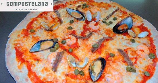 Compostelana Plaza de España: Nuestra Pizza Frutti di Mare (tomate, mozzarella, gambas, mejillones, almejas, anchoas, alcaparr