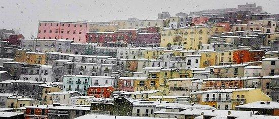 Calitri borgo castello, nevicata marzo 2018. Foto CAPUTO ANTIQUARIATO
