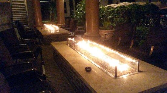 Tuscany Suites & Casino: Patio avec piscine, système de fausse cheminée chauffant