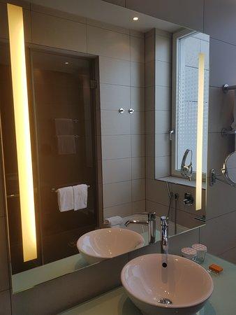 Bagno moderno, pulito, dotato di vasca da bagno e doccia separati ...