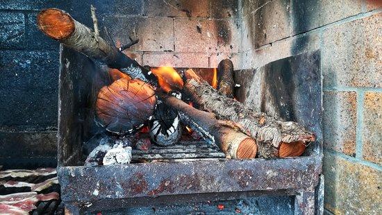 El Chiringuito - Carnes a la Brasa: Barbacoa exterior - El Chiringuito en Salinas (Alicante)
