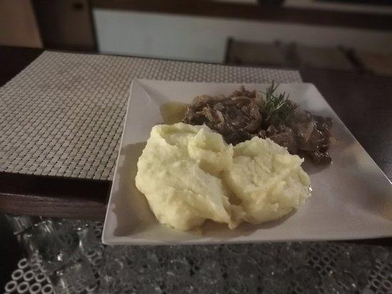 Varese Ligure, Italy: Pollo al limone - taglierini al ragù - bocconcini di vitello e puré