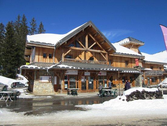 Mieussy, Francia: Vue hivernale du restaurant stué au pied des pistes