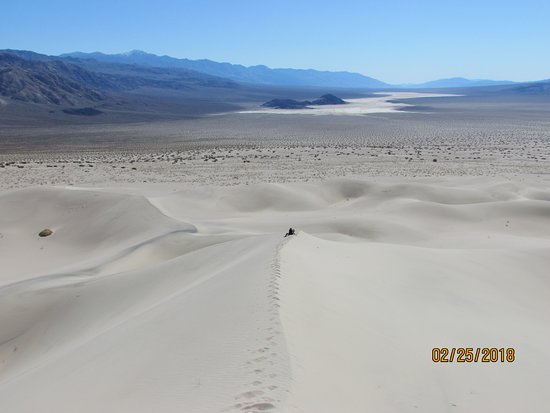 Death Valley National Park, Californien: Hike 3.5 miles across open desert to beautiful Panamint Dunes. About 400 ft tall.