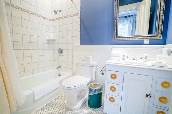 Trumansburg, NY: Garden Room Bathroom