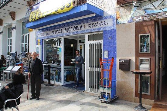 Restaurante Peixos Victòria: Espacio entre la entrada al local y el comedor exterior,.