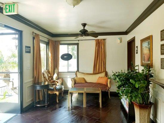 Casa Bella Inn : Front desk area.