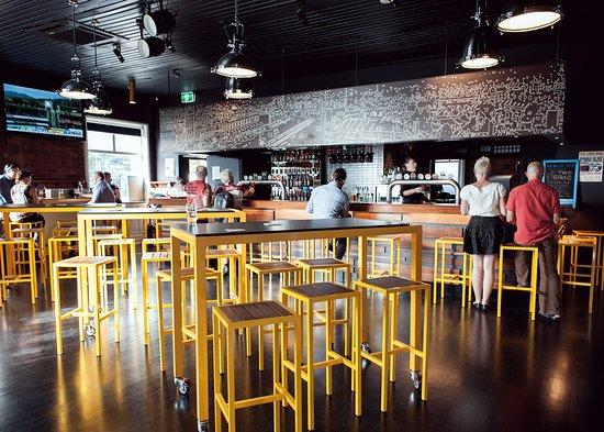 Clifton Hill, Australia: The bar at the Brewpub