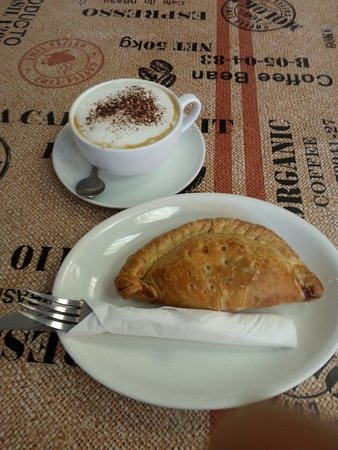 Tin Pot Pasty Co: Fine capuccino and cheese-bacon pasty