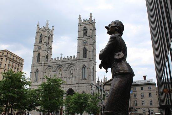 Escultura en Place d'Armes - Vieux Montreal