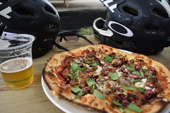 Maydena, Australien: Wallaby pizza and local beer from the base cafe