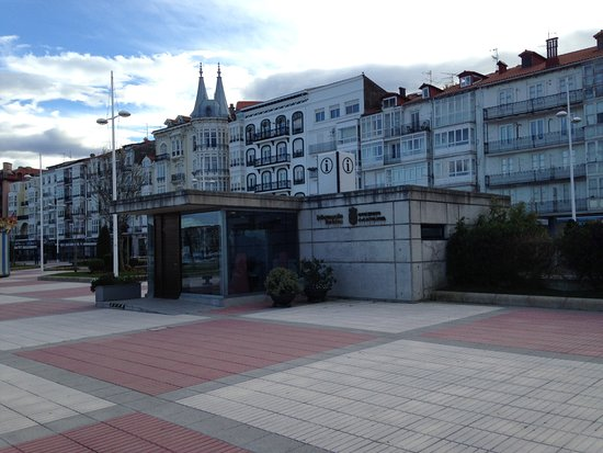 Castro Urdiales, Spanje: Tourist information office on promenade