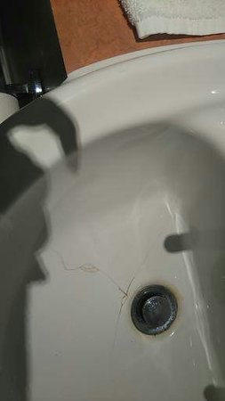 Shah of Persia Hotel: badly cracked sink