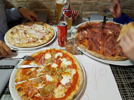 Etroubles, Italien: Confronto tra la pizza BIG e le normali