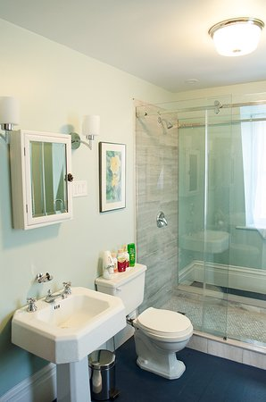 Newboro, Kanada: Large second floor bathroom, with step in shower.