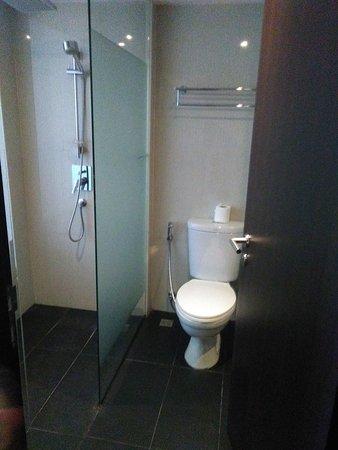 Salle de bain : une vasque, un WC et une douche - Bild von Hotel ...