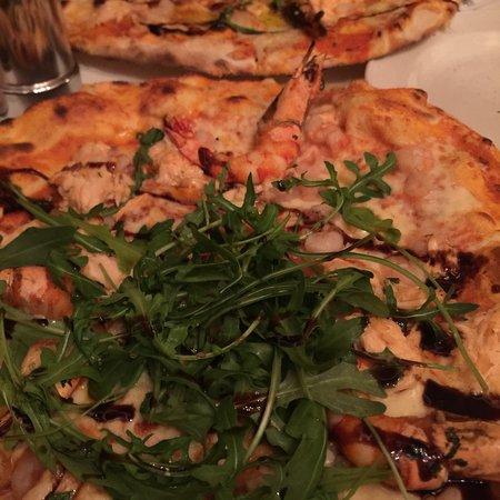 Pizzeria Tuscolo: Pizza Giovanni unser Favorit, mit frischen Garnellen  und  Lachs für 14,50 EUR. Nirgendwo irgend
