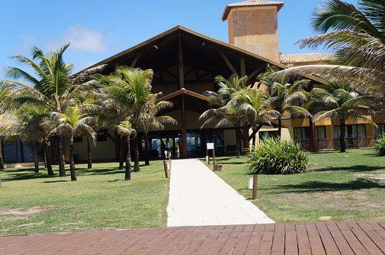 Barra dos Coqueiros, SE: Vista do hotel pelo lado interior do gramado e da piscina
