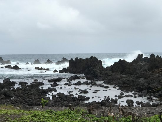 Laupahoehoe, HI: Sounds of the sea enlivened by the rocks