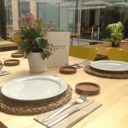 Te ofrecemos un espacio sencillo y acogedor para que disfrutes nuestros arroces en paella.