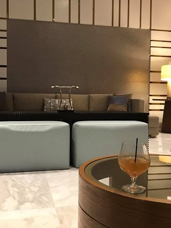Waldorf Astoria Panama: lobby - love the welcome drink, we finally got rum for it!!!