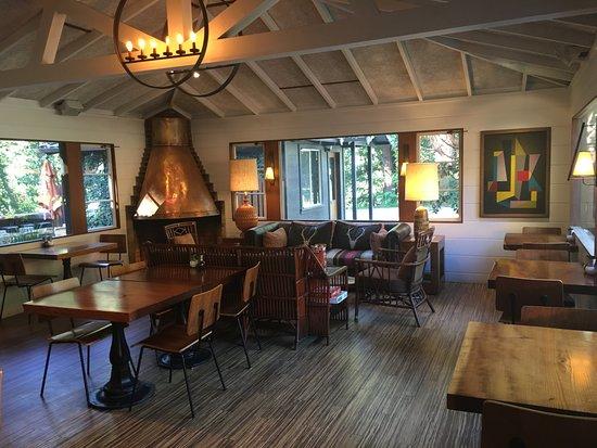 Glen Oaks Big Sur: Restaurant across the Hwy from the Reception