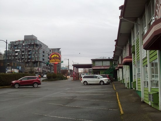 City Centre Motor Hotel: On the property, looking south towards the lobby.