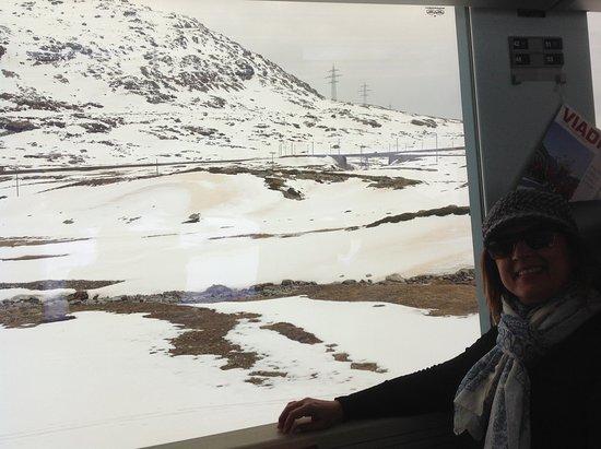 Diavolezza: Uma viagem encantadora de trem subindo aos Alpes Suiços.