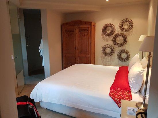 Rouge On Rose: Schlafzimmer, Dusche / WC Im Hintergrund