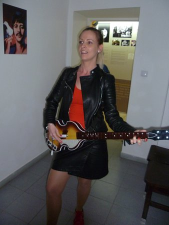 Egri Road Beatles Múzeum: Lányom a Ticket To Ride-t játssza