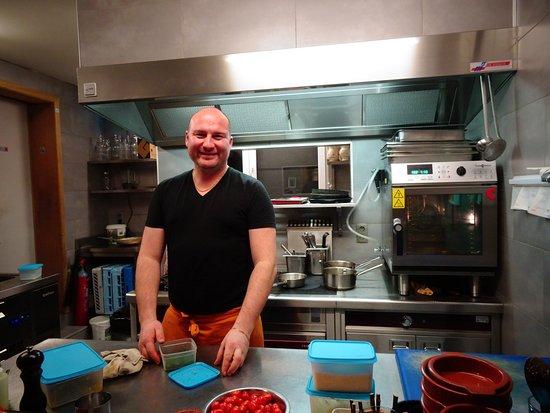 Anthisnes, Bélgica: cuisine ouverte avec le sourire