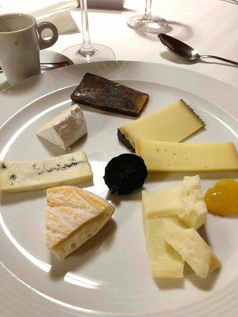 Bangerten, سويسرا: Wer möchte, erhält zur Nachspeise eines bestens assorierten Käseteller mit (Jegenstorfer) Käse