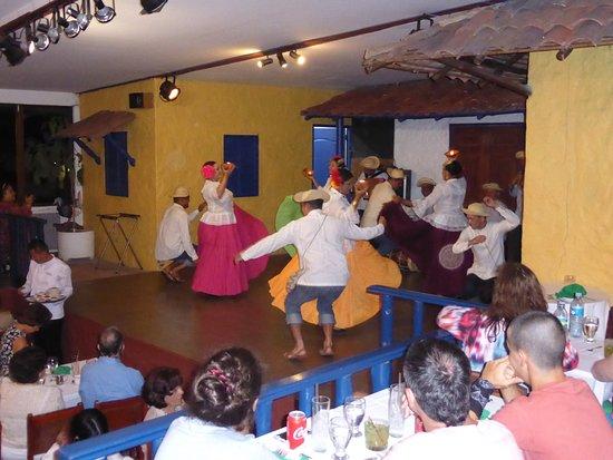 Restaurante Tinajas: Folk-dancing