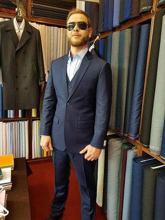 Bophut, Tailandia: Dark blue slim fit suit with 2 buttons