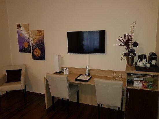 Hotel Merkur: Wohnzimmer  Schreibtisch Junior Suite Mit Nespresso Maschine