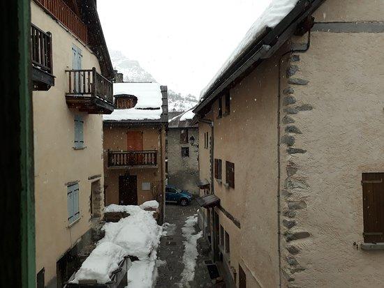 Saint-Dalmas-le-Selvage, Francia: Vue depuis la chambre d'azur, avec quelques flocons qui tombaient