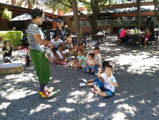Cerrillos, Argentina: show durante el almuerzo