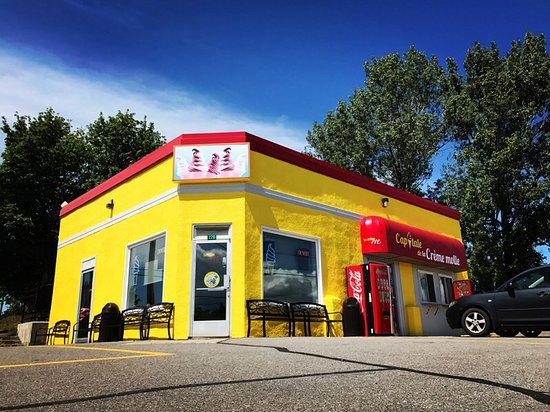 Riviere-Ouelle, كندا: Service intérieur, 27 places assises, wi-fi.  Service extérieur aussi accessible. 