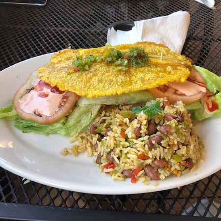 Las Marias, Puerto Rico: Rico toston burger y carne frita