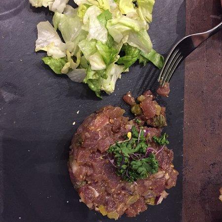 Carrieres-sur-Seine, France: Tartare de thon et filet de rouget quinoa